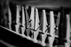 Aufgereiht / Lined up (Mike Reichardt) Tags: spielereien minimalism minimal makro macro monochrome perspektive perspective wäscheklammern