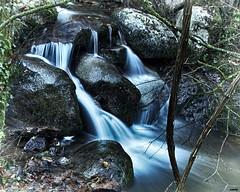 Piedras en el camino (candi...) Tags: rocas riera agua corriente sonya77 naturaleza nature saltodeagua alairelibre