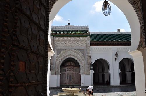 Échappée sur la cour, mosquée, Al-Quaraouiyine (859), Talaa Kbira, médina de Fès el Bali, Fès, Maroc.