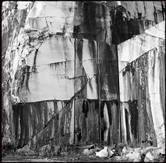 Treffen (Harald Reichmann) Tags: kärnten treffen krastal steinbruch marmor stein abbau bearbeitung fels bohrung muster oberfläche struktur analog film mamiyac330 riss
