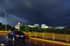 Dark sky (Otacílio Rodrigues) Tags: céu carro ponte bridge grade rail poste lamppost árvores trees chuva rain reflexos reflections prédios buildings urban nuvens clouds resende brasil oro