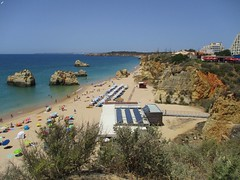 Vamos para a praia (Sur mon chemin, j'ai rencontré...) Tags: algarve portugal plage praia praiadostrescastelos portimao grève mer bleu eau océan océanatlantique rochers
