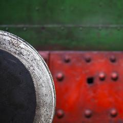 bump (Blende1.8) Tags: locomotive bumper puffer lok lokomotive red green rot grün train railway abstract abstrakt square detail mininmalism minimalismus minimal texture textur oberfläche nieten bokeh canon eos 5dii 5dm2