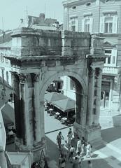 Arch of the Sergii (Elvis L.) Tags: archofthesergii zlatnavrata portaaurea slavoluksergijevaca pula pola istria istra croatia monument romanrepublic romanempire architecture