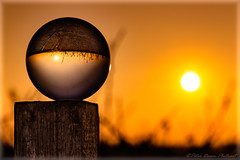 Kristallisiert (Peter Daum 69) Tags: kristall glaskugel kristallkugel sonne sun sonnenuntergang sunset scenery landschaft landscape licht light farbe color kugel ball magie magic sunrise sonnenaufgang photoart fotografie natur nature canon eos
