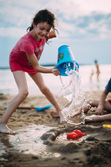 Gotas. (Adolfo Rozenfeld) Tags: mar water balde hija sea beach drops uruguay gotas bucket manuallens vintagelens carlzeissjenaprakticar5014mc daughter game juego playa prakticar50mmf14