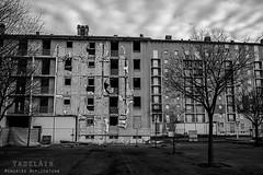 Alès Pres st jean-8702 (YadelAir) Tags: alès immeuble destruction pelleteuse débris démolition rue noiretblanc habitat hlm