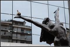 Escultura en Montecarlo (Mónaco, 29-6-2009) (Juanje Orío) Tags: mónaco 2009 montecarlo escultura europe europa sculpture desnuda nude aves reflejo reflection