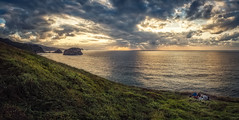 Disfrutando las vistas (Jaime A Ballestero) Tags: jaimea matxitxaco cabo faro mar nubes sol puesta verdes azules panorámica atardecer ocaso paísvasco euskadi cantábrico vizcaya machichaco bizkaia