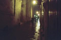 Verso piazza Grande (michele.palombi) Tags: arezzo tuscany film 35mm kodak portra800 pioggia colortec c41 negativo colore