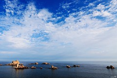 Ce serait là, face à la mer immense! (Un jour en France) Tags: mer océan paysage ciel cielpaysage landscape sea nature canonef1635mmf28liiusm canoneos6dmarkii nuage nuageux vie roche bretagne breizh breton