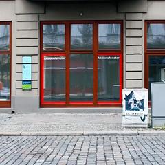 Wo die Musik spielt (h.d.lange) Tags: berlin steglitz kopfsteinpflaster schaufenster plakat gehweg strase fensterscheibe verteilerkasten praxisschild