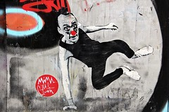 Mimi the Clown (just.Luc) Tags: graffiti grafitti streetart urbanart allemagne deutschland duitsland germany berlin berlijn man male homme hombre uomo mann red nose rode neus rood nez rouge rot rosso rojo wall muur mur mauer