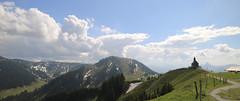 Blick von der Wallberg Bergstation auf die Wallberg Kapelle 4694 (rg-foto1) Tags: bayern oberbayern tegernsee wallberg wallbergkapelle kapelle himmel wolken berge aussicht panorama