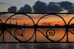 Der Himmel über Hamburg 1-5 (Elbmaedchen) Tags: alster sonnenuntergang januar abendhimmel blauestunde reflektion reflection sundown hamburg wasserspiegelung hamburgskyline ausenalster kraftwerkmoorburglaesstgruessen schwanenwik wolkenformationen spirale