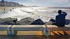 Sur la jetée Westelijke Strekdam, à Ostende, Belgium (claude lina) Tags: claudelina belgium belgique belgië ostende mer sea plage beach merdunord noordzee sable cabine westelijkestrekdam jetée banc bench immeubles buildings