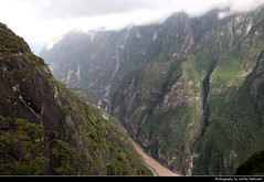 High Trail, Tiger Leaping Gorge, Yunnan, China (JH_1982) Tags: tiger leaping gorge 虎跳峡 tigersprungschlucht garganta del salto tigre saut du ущелье прыгающего тигра jinsha river 金沙江 진사강 yangtze 长江 jangtsekiang jangtse high trail hiking trekking wandern climbing narrow steep dangerous canyon schlucht jade dragon snow mountain 玉龙雪山 haba 哈巴雪山 shaluli mountains 沙鲁里山 shan hengduan 横断山脉 gebirge nature landscape scenery scenic natur yunnan 云南 雲南省 윈난성 юньнань peoples republic china prc chine cina 中国 中國 中华人民共和国 중화인민공화국 китайская народная республика