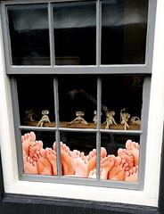 Schaufenster... (dervonderwaterkant) Tags: holland seeland walcheren vlissingen shop schaufenster füse figuren geschäfte citypics