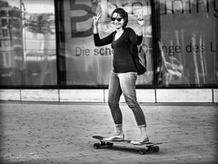 she.was.a.skater.girl (grizzleur) Tags: happy lucky reaction sweet cute victory sign hand hands fingers skate skater girl woman young board skateboard street streetphotography bw mono monochrome olylove olympus omdstreetphotography olympusm45mmf18 olympusmzuiko45f18 olympusomdem10mkii smile