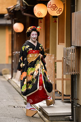 returning home (byzanceblue) Tags: kyoto maiko geisha geiko kagai japan japanese woman girl female beauty cute beautiful 京都 kimono gion dance lovely 舞妓 舞踊 traditional kanzashi formal tama 祇園 black 花街 white color colour flower nikkor background people photo portrait professional lady lovery 芸妓 着物 bokeh red traditonal summer natural 祇をん ぎをん fresh shadow shirt horiyae miyagawacho 宮川町 fukuyuri ふく友梨 nikon d850 2019 堀八重