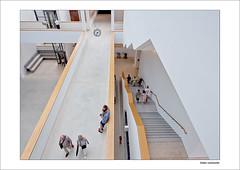Zeit für Kaffeepause (dolorix) Tags: dolorix gebäude building kunsthalle museum mannheim kuma foyer treppe stairs leute people pause break