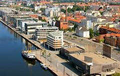 Bremerhaven am Neuen Hafen (Wolfgang.W. ) Tags: bremerhaven neuerhafen stadt bremen gebäude häuser bauten dächer stadtbild hafenstrasse columbuscenter hafenbecken strassen norddeutschland