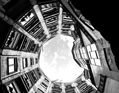 Vista interior de l'edifici de La Pedrera, Barcelona. (Arquitecte: Antoni Gaudí) (heraldeixample) Tags: heraldeixample bcn barcelona spain espanya españa spanien catalunya catalonia cataluña catalogne catalogna arquitectura architecture architekture pensaernïaeth 架构 arkitektur architettura สถาปัตยกรรม arkitettura modernisme artnouveau modernstyle tiffany jugendstil sezessionstil wienersezession stile900 floreale liberty gaudí antonigaudí lapedrera casamila milahouse ngc albertdelahoz