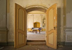 Das sonnige Schloss (3) (david_drei) Tags: flügel piano derelictbuildings decay abandoned urbex urbanexplorer lostplace lp durchblick
