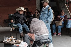 Shoeshine for a cowboy (Papaye_verte) Tags: shoeshine cireurdechaussures child enfant boy mexico mexique sma sanmigueldeallende streetphotography cowboy