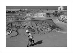 En pleine action... (Panafloma) Tags: 2018 architecturebatimentsmonuments artetculture bandw bw bâtiments fr famille france géographie lehavre nadine nadinebauduin natureetpaysages objetselémentsettextures personnes techniquephoto végétaux blackandwhite casque enfants graffiti monochrome noiretblanc noiretblancfrance salle salledesport skatepark tags