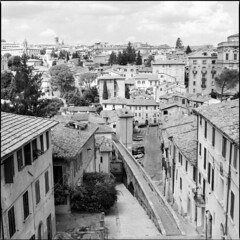 Via dell'Acquedotto, Perugia (BG Sixtyniner) Tags: italia unbria perugia historical viadellacquedotto aqueduct street medieval centre city town oldhouses landscape hasselblad 500cm carlzeiss planarf28 80mm mediumformat square 6x6 rollfilm 120 analog bw ilford hp5 expired homedev paterson microphen 10 stock canoscan 9000f vuescan