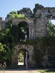 Mariëlle, Kent 2018: Lady of the castle (mdiepraam) Tags: kent 2018 scotneycastle nationaltrust marielle portrait pretty gorgeous attractive mature fiftysomething brunette woman lady milf elegant classy hat dress ruins