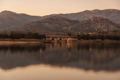 El puente. (Amparo Hervella) Tags: embalsedesantillana comunidaddemadrid españa spain paisaje cielo agua reflejo atardecer puente montaña naturaleza largaexposición d7000 nikon nikond7000