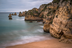 Algarve - reduced (Rafael Zenon Wagner) Tags: nikon d810 50mm nd filter portugal algarve felsen klippen sand strand meer ozean langzeitbelichtung blau weis gelb minimalismus rock cliffs beach sea ocean long exposure blue white yellow