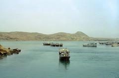 Oman 6 (Lennart Arendes) Tags: canon ae1 35mm film analog cinestill kodak 50d 50mm oman sur middle east boats bay coast cliffs