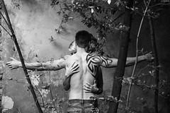 secret gardens 12384 (KnutAusKassel) Tags: bw blackandwhite blackwhite nb noirblanc monochrome black white schwarz weiss blanc noire blanco negro schwarzweiss grey gray grau topless shirtless jeans denim paar couple mann man hände hands