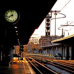 Stazione di Pisa, Italia (pom'.) Tags: pisa tuscany toscana italy italia 2018 april panasonicdmctz101 100 200 europeanunion station stazione railway clock 300 sunset 400
