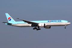Korean Air | Boeing 777-300ER | HL8210 | Hong Kong International (Dennis HKG) Tags: aircraft airplane airport plane planespotting skyteam canon 7d 100400 hongkong cheklapkok vhhh hkg korean koreanair kal ke boeing 777 777300 boeing777 boeing777300 777300er boeing777300er hl8210
