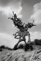 3096 - Westende, 2018 (ikaune) Tags: nb bw noiretblanc blackandwhite ikaune argentic argentique monochrome belgique belgium sculpture westende