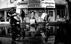 000776 (la_imagen) Tags: adana bazaar türkei turkey türkiye turquía sw bw blackandwhite siyahbeyaz monochrome street streetandsituation sokak streetlife streetphotography strasenfotografieistkeinverbrechen menschen people insan reflection