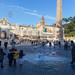 Kinder bewundern die riesigen Seifenblasen auf dem Piazza del Popolo in Rom