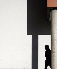 The mysterious (Guido Klumpe) Tags: minimalminimalismminimalistischsimplereduced color farbe kontrast contrast gegenlicht shadow schatten silhouette gebäude architecture architektur building perspektive perspective candid street streetphotographer streetphotography strasenfotografie strase hannover hanover germany deutschland city stadt