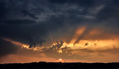 Crepuscular rays (hbothmann) Tags: siena toskana italien crepuscularrays strahlenbüschel raggicrepuscolari tuscany toscana wolken clouds sunset sonnenuntergang tramonto variosonnar247028za groupenuagesetciel