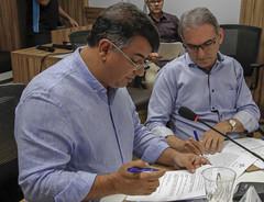 Marcelo Queiroz assina o termo de posse ao lado de José Vieira