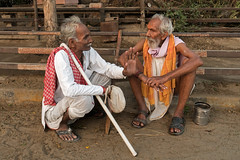Conversation. Vindravan. Uttar Pradesh. India (Tito Dalmau) Tags: conversation portrait men vindravan uttar pradesh india