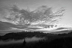 Clouds & fog (hbothmann) Tags: sangimignano toskana italien italia italy tuscany toscana schwarzweis blackandwhite blackwhite bianconero wolken clouds variosonnar247028za fotomonocromática blancoynegro