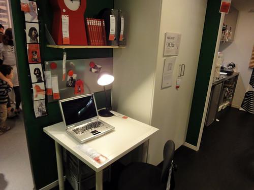 キッチン近くにワークスペース兼家事室と題した写真