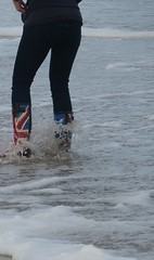 Union Jack (willi2qwert) Tags: wellies wellingtons women wasser wet water wave watt strand beach rubberboots rainboots regenstiefel gummistiefel gumboots girl gummistövlar nass