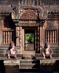 IMGP1679 Guardians of the temple (Claudio e Lucia Images around the world) Tags: banteay srei siem reap cambodia ruins khmer angkor wat temple indu buddhist asia pentax pentaxkp pentax18135 pentaxlens pentaxart srie statue angkorwat cambogia artistic wall door entrance