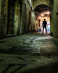 El guardià del portal (Ramon InMar) Tags: nit noche nocturna oldtown gotic barcelona barrigòtic night misteri mistery